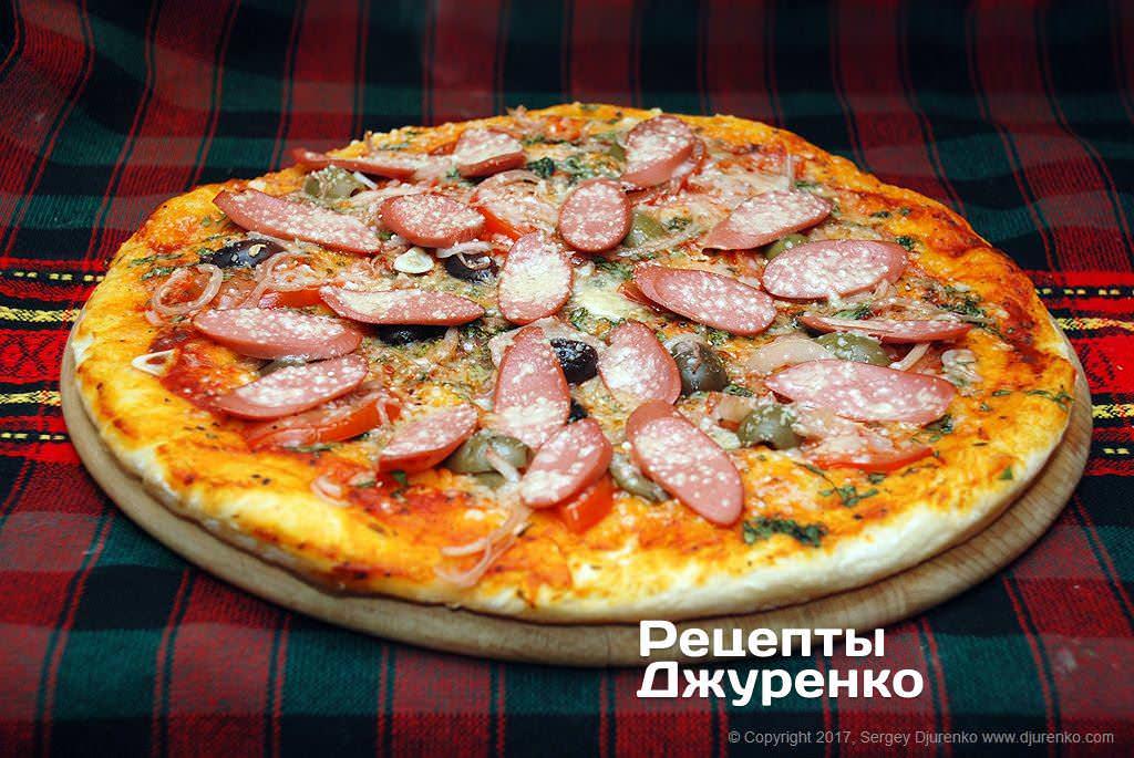 Фото готового рецепту піца з сосисками в домашніх умовах
