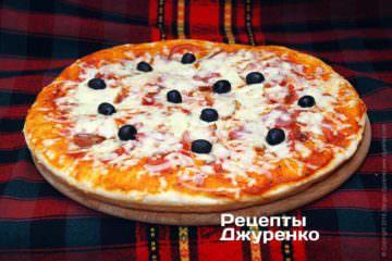 Поставить пиццу в разогретую до 180 градусов духовку