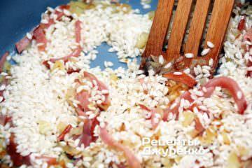 Добавить специи и рис