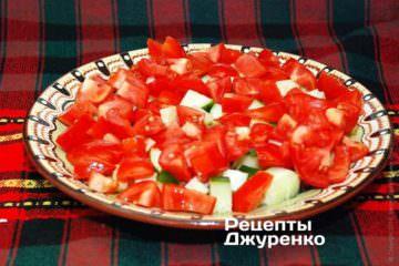 Выложить на тарелку свежие овощи
