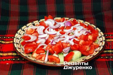 Розкласти нарізану цибулю потім печений перець