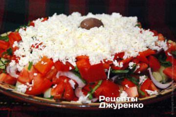 Посыпать тертой брынзой - в виде белой шапки сыра сверху салата