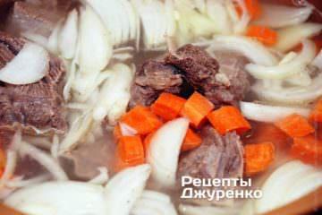 У готовий бульйон кинути моркву, нарізану цибулю
