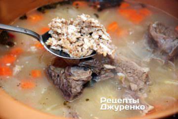 Заправити суп з ребрами горіхово-часниковою заправкою