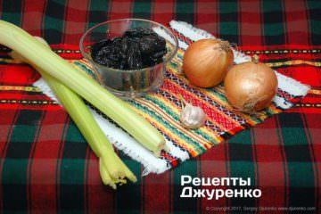 Овощи и чернослив для соуса