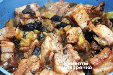 Тушить ребра и овощи до готовности