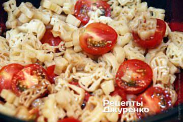 Соединить пасту, помидоры и соус