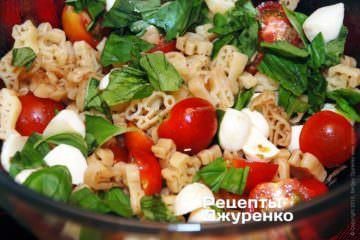 Добавить в салат базилик и моцареллу