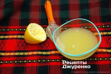 З лимонів вичавити сік і процідити його