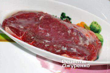 Обмазати стейк з яловичини сумішшю лимона і часнику