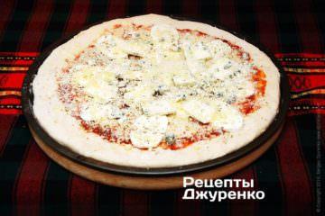 Посыпать всю пиццу  пармезаном и остатками эмменталя