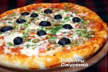 Выпечь пиццу до готовности теста