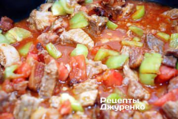 Добавить зеленый перец, помидоры и чеснок