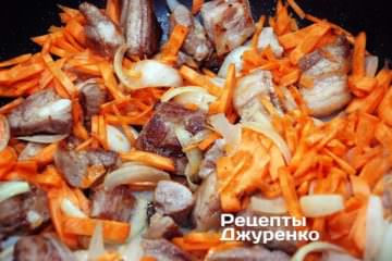 Добавить натертую на крупную терку морковку