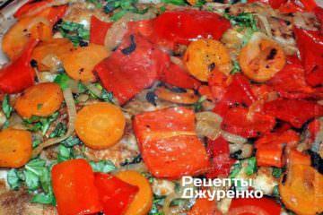 Рибу повністю покрити смаженою сумішшю цибулі, червоного перцю і моркви