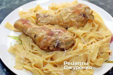 Ингредиенты: куриные ножки, паста fettuccine, сливки, белое вино, пармезан, мука, карри, соль, сливочное масло