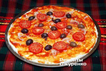 Розкласти половинки оливок і шматочки помідорів
