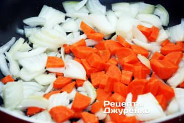 У сотейнику розігріти масло і викласти в нього цибулю і моркву