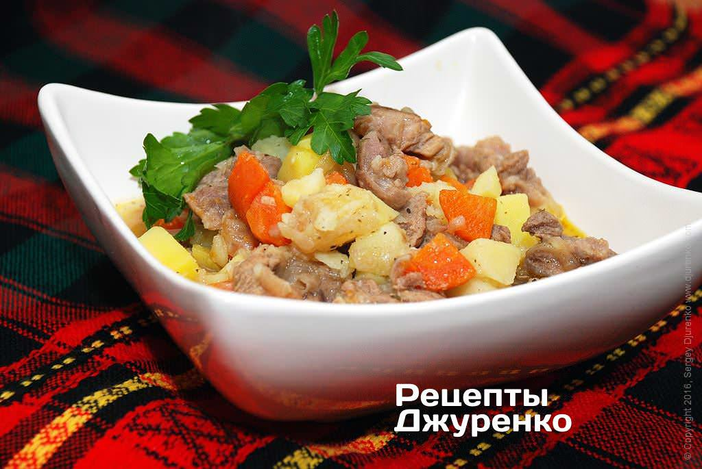 Фото готового рецепту тушкована картопля з м'ясом в домашніх умовах
