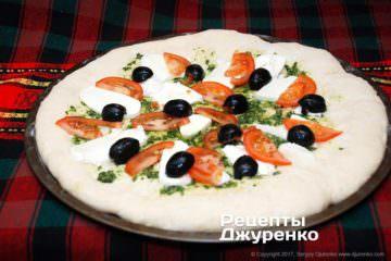Розкласти помідор і оливки