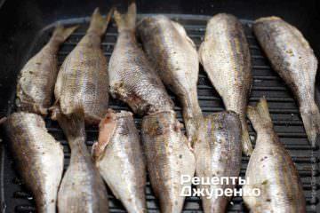Выложить рыбу на гриль