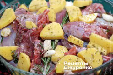 Разложить куски кролика на форме, добавить чеснок и веточку розмарина