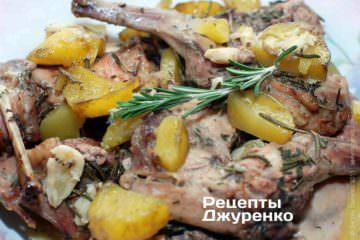 Фото к рецепту: кролик запеченный с розмарином и картофелем