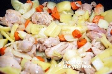 Додати нарізані цибулю і солодкий перець