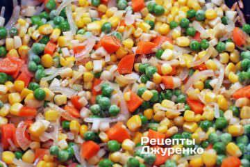 Добавить горошек и кукурузу