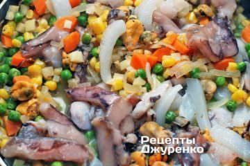 Добавить морепродукты и тушить до готовности