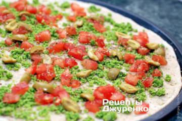 Разложить нарезанные зеленые оливки