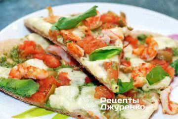 Пицца с креветками, моцареллой, томатами и базиликом