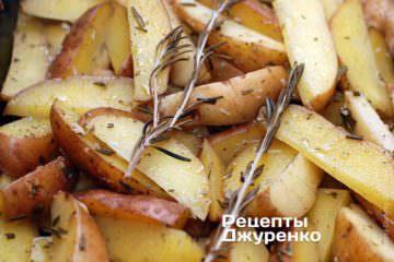 Поставити деко з картоплею в розігріту до 180 градусів духовку і запікати рівно 1:00. Потім збільшити температуру до 220 градусів і запікати ще 30 хвилин.
