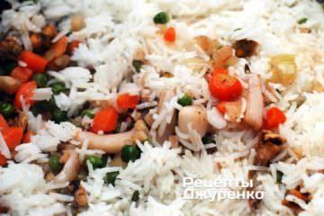 Смешать рассыпчатый отваренный рис и морепродкуты