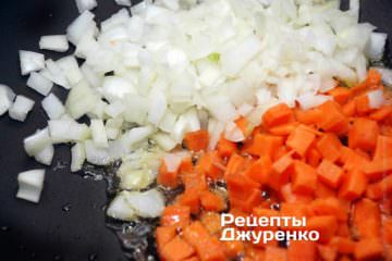 Обжарит нанем лук и морковку домягкости