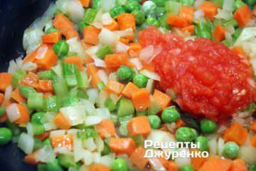 добавить нарезанный помидор