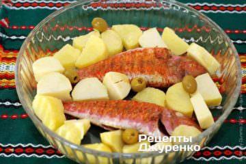 Сложить в форму рыбу, картофель