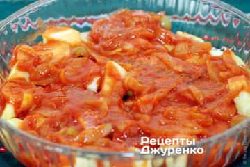 Залить томатным соусом