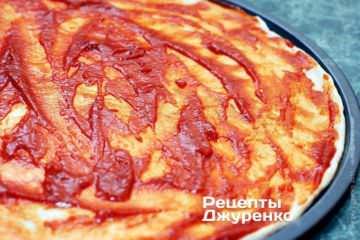 Смазать тесто томатный соусом
