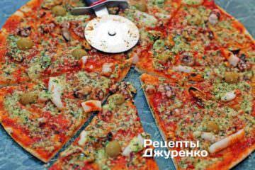 Розрізати готову піцу
