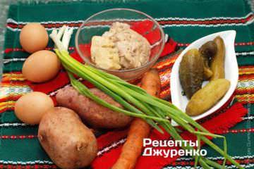 Ингредиенты: Печень трески, картофель, морковка, яйца, соленые огурцы, зеленый лук, майонез, твердый сыр, специи