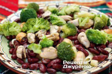 Выложить пасут, брокколи, мидии, красную фасоль