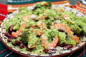 Посыпать салат с пастой пармезаном с базиликом и полить заправкой