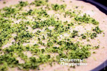 Посыпать тесто пармезаом с зеленью
