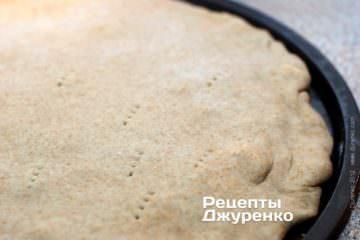 Защипати край фокаччи і наколоти виделкою тісто