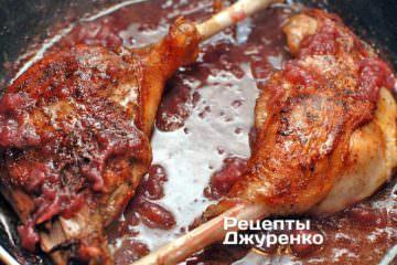 Переложить жареные гусиные лапки в виноградный соус