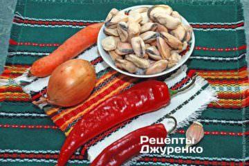 Ингредиенты: мидии, лук, морковка, красный сладкий перец, томат, чеснок, оливковое масло, специи