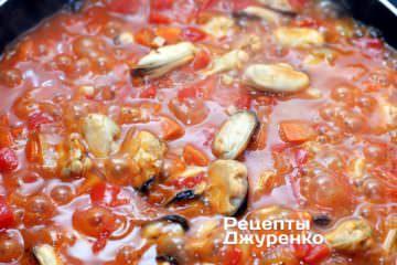 Тушкувати мідії в соусі до готовності