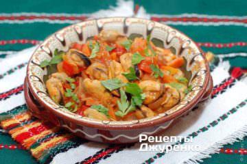 Мідії в овочевому соусі