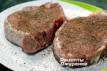 Посолить мясо, посыпать кориандром и перцем, добавит сухие травы